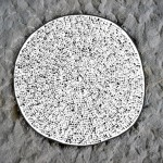 Naturstein mit bunter Keramik-Grabplatte